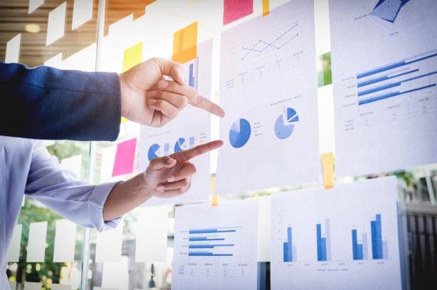 graphs hands business sales πωλήσεις